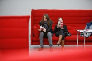 das Alcove Highback Sofa von Vitra - ein Ort der Entspannung