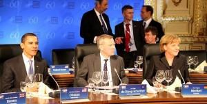 """Barack und Angela genießen das komfortable Sitzgefühl des """"Skape""""-Sessels von Vitra"""