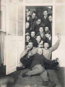 ausgelassene Stimmung in Weimar: das Bauhaus feiert sein 90. Jubiläum - Bauhäusler um 1922 (Foto: Bauhaus-Archiv Berlin)