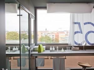 Fenster-Waschbecken-Arrangement im Casa Camper, Berlin