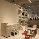 """Eine Wickelkommode von Alma Buscher (1924) und diverse Marcel Breuer Tische & Stühle, zu sehen in der neuen""""Sammlung Bauhaus"""", Bauhaus Archiv Berlin"""
