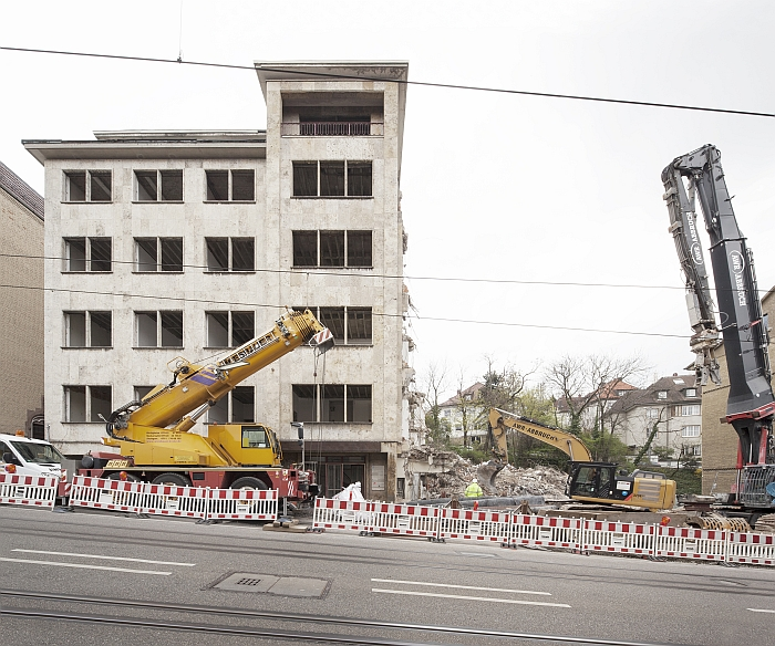 The demolition of a block of flats in the Haussmannstrasse, Stuttgart. To allow for the construction of, a block of flats......(Photo Copyright Wilfried Dechau)
