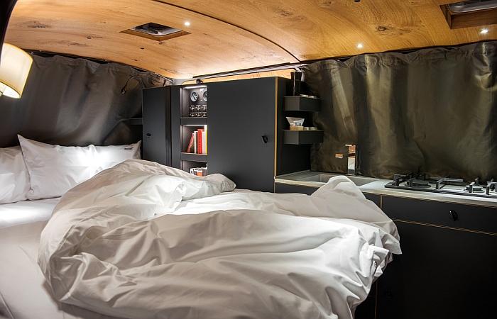Das Schlafzimmer der Holzklasse von Nils Holger Moormann & CustomBus (Bettwäsche inklusive)