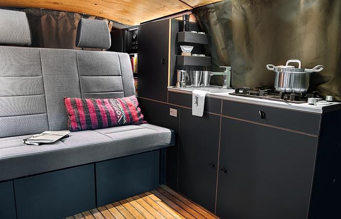 Die Lounge der Holzklasse von Nils Holger Moormann & CustomBus