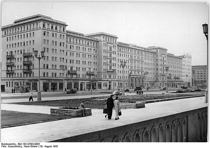 Stalinallee Berlin ca. 1955 (Photo Bundesarchiv, Bild 183-32583-0005 / CC-BY-SA 3.0 Source https://commons.wikimedia.org)