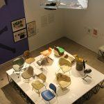"""Eine Sammlung von Glasfaserstühlen - und ein Video, welches deren Produktion erklärt, gesehen bei """"Charles & Ray Eames. The Power of Design"""", Vitra Design Museum"""