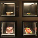 Gaben von Nahrungsmitteln aus Papier, die von den Chinesen verbrannt wurden, um sie den Toten zu reichen