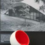 """Ball Chair von Eero Aarnio vor dem Kukkapuro House von Eero Paloheimo, gesehen bei """"Echoes - 100 Years in Finnish Design and Architecture"""", Felleshus, Nordische Botschaften, Berlin"""