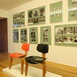 Zwei SE 3 Stühle, der zeitgenössiche SE 42, gesehen bei, Der Stuhl des Architekten - Sitzmöbel von Egon Eiermann, Ungers Archiv für Architekturwissenschaft Köln