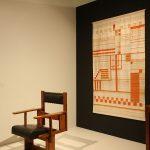 Anonymer Stuhl und Webarbeit von Else Mögelin in einem Setting von Studio Aphorisma, gesehen bei Bauhaus_Sachsen, Grassi Museum für Angewandte Kunst Leipzig