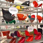 """Verner Pantons gleichnamiger Stuhl im Gespräch mit Jacobsens Egg Chairpropagiert, gesehen bei """"Living in a Box zu sehen ist. Design und Comics"""", Vitra Design Museum Schaudepot"""