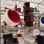"Joe Colombos Elda Stuhl berät den Ball Stuhl von Eero Aarnio, gesehen bei ""Living in a Box. Design und Comics"", Vitra Design Museum Schaudepot"