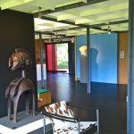 "Eine Baga-Schultermaske, LC1 von Le Corbusier/Jeanneret/Perriand und Aphrodite, gesehen bei ""Mon univers"", Pavillon Le Corbusier, Zürich""."
