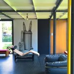 """Ein einpoliger Ölschalter entspannt sich auf einer LC2 Chaiselongue von Le Corbusier/Jeanneret/Perriand, gesehen bei """"Mon univers"""", Pavillon Le Corbusier, Zürich zu sehen."""