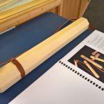 Holzrähre für Poster, Pläne, Prints, entwickelt von den Studenten Vosding, Hammer, Seeberger, Willibad, Gerl & Kemptner, gesehen bei Schulen für Holz und Gestaltung Garmisch-Partenkirchen Sommerausstellung.