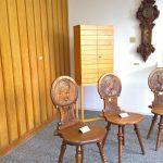 Stühle aus dem Jahr 1900, Uhr von 1910 und Schränkchen von 1960, alle anonym, gesehen bei Schulen für Holz und Gestaltung Garmisch-Partenkirchen 2019 Sommerausstellung.