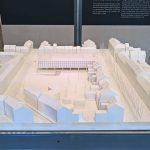 Ein Model für das Hauptquartier der VEGLA Vereinigte Glaswerke Aachen von Ludwig Mies van der Rohe, gesehen bei Mies im Westen, Landeshaus des LVR Köln