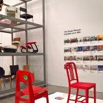 """Kreuzberg 36 Stuhl von Van Bo Le-Mentzel (l) & 111 Navy Chair von Emeco (r), gesehen bei """"After the Wall. Design seit 1989"""", Vitra Design Museum Schaudepot"""