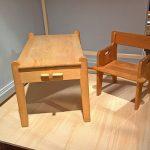 """Peter's desk von Hans J. Wegner & Johannes Hansen, Peter's chair von Hans J. Wegner für FDB Møble, gesehen bei """"Nordic Design. Die Antwort aufs Bauhaus"""", Bröhan Museum, Berlin"""
