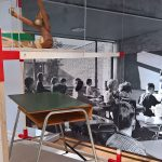 """Affe von Kay Bojesen & ein Schultisch von Arne Jacobsen für eine Munkegard Schule, gesehen bei """"Nordic Design. Die Antwort aufs Bauhaus"""", Bröhan Museum, Berlin"""