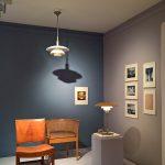 """Stühle von Kaare Klint und PH Leuchten von Poul Henningsen für Louis Poulsen, gesehen bei """"Nordic Design. Die Antwort aufs Bauhaus"""", Bröhan Museum, Berlin"""