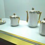 Kaffee-Service von Chabrol Freres et Poirier Limoges, das den ersten Preis auf der Pariser Exposition internationale des Arts décoratifs et industriels modernes gewann, gesehen bei Spitzen des Art déco, Grassi Museum für Angewandte Kunst, Leipzig