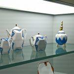 Ein Kaffee-Service von Union Limousine, Limoges und ein Gefäß mit Affe von Ilse Pfeffer, Gotha, gesehen bei Spitzen des Art déco, Grassi Museum für Angewandte Kunst, Leipzig