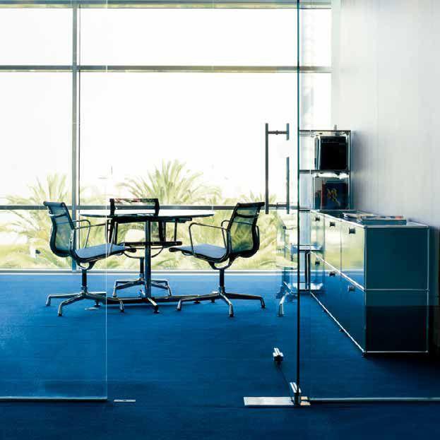 Gegensätzliche Materialien Gliedern Den Raum: Holz Und Glas, Teppich Und  Marmor.