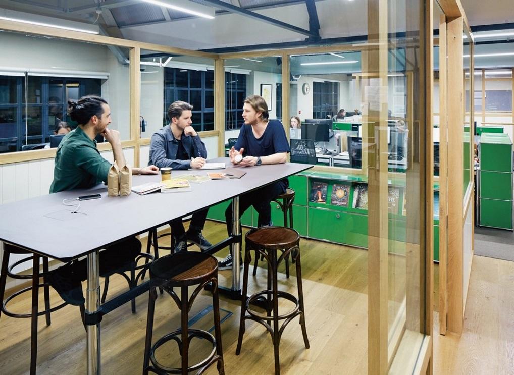 Höhenverstellbare Schreibtische Meetingraum