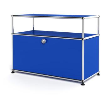 USM Haller Lowboard M mit Aufbau, individualisierbar Enzianblau RAL 5010|mit Klappe|Mit Kabeldurchlass oben mittig