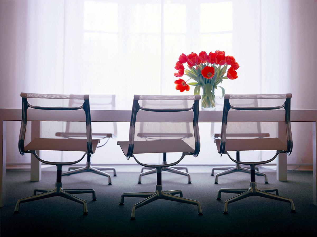 vitra aluminium chair ea 105 von charles ray eames 1958 designerm bel von. Black Bedroom Furniture Sets. Home Design Ideas